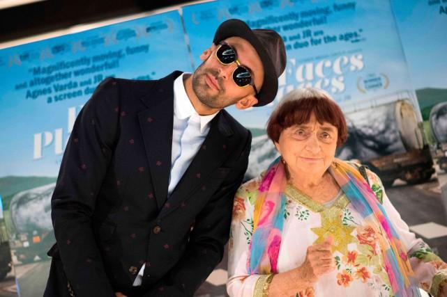 La cinéaste AgnèsVarda et l'artiste français JR lors... (PHOTO VALERIE MACON, archives AGENCE FRANCE-PRESSE)