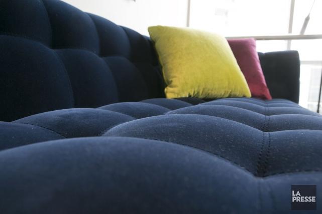 Le canapé de velours bleu fait grande impression.... (PHOTO FRANÇOIS ROY, LA PRESSE)