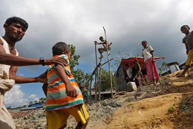 Des réfugiés rohingya dans un camp du Bangladesh.... (PHOTO REUTERS)