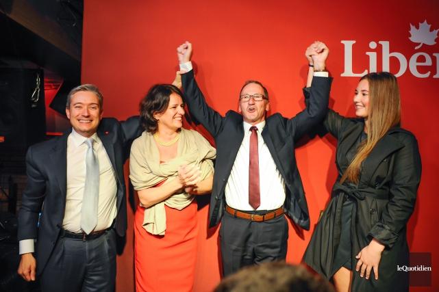 Richard Hébert lève les bras pour célébrer sa... (PHOTO LE QUOTIDIEN)
