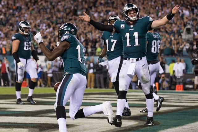 Carson Wentz a lancé quatre passes de touché et les Eagles de Philadelphie sont... (PHOTO REUTERS)