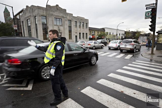 Un policier du SPVM dirige la circulation au... (Photo Patrick Sanfaçon, La Presse)