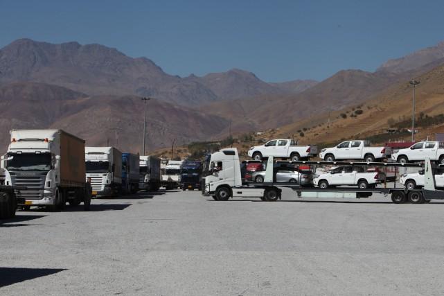 Des camions attendent à la frontière entre l'Iran... (REUTERS)