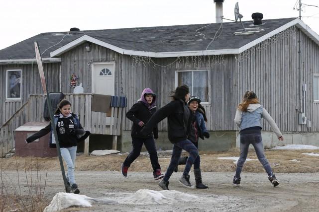 Des jeunes filles s'amusent dans la rue à... (Photo Chris Wattie, archives REUTERS)
