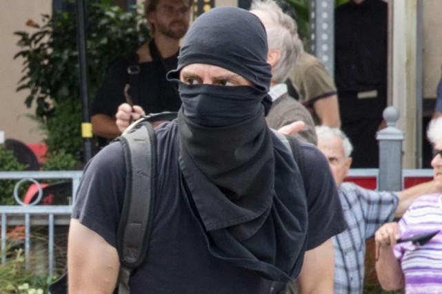 Les photographies du suspect publiées mercredi par la... (Photo fournie par le SPVQ)