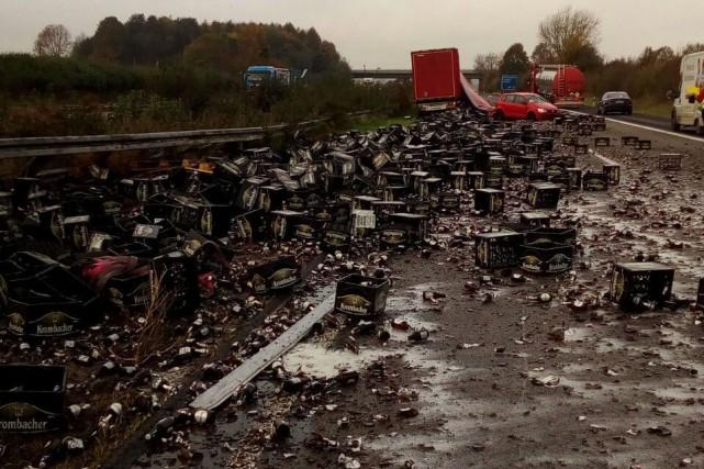 Trente mille bouteilles de bière se sont retrouvées éparpillées sur la chaussée... (Photo AFP)
