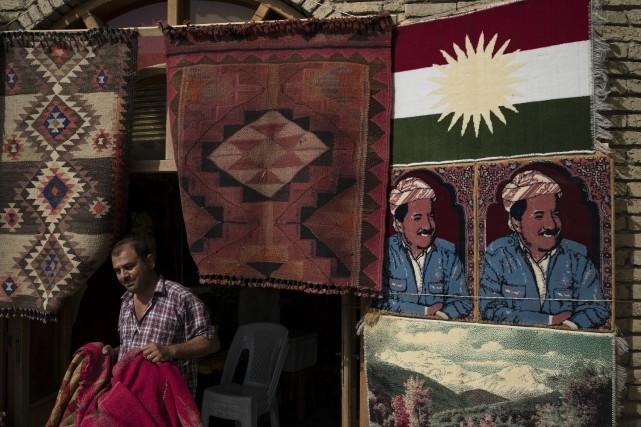 Un homme vend des tapis à l'effigie du... (AP)