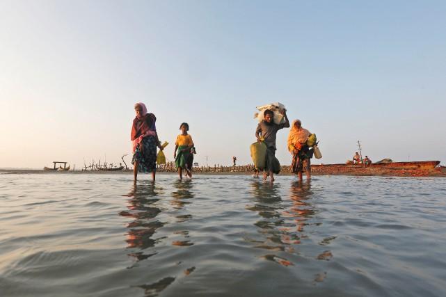 Des réfugiés rohingya traversent la frontière entre la... (PHOTO Adnan Abidi, REUTERS)