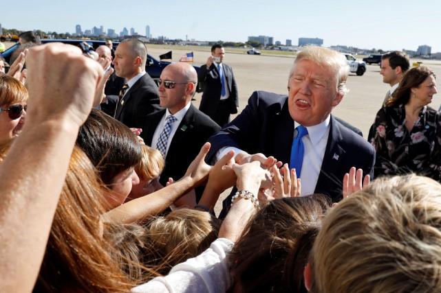 Donald Trump est accueilli par des partisans à... (PHOTO REUTERS)