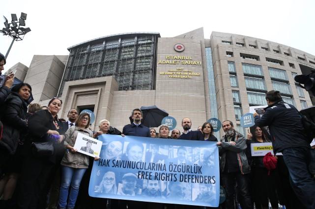 Des militants des droits de l'homme manifestent devant... (PHOTO AP)