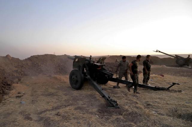 Les combattants kurdes, les peshmergas, tiraient des obus... (AFP)