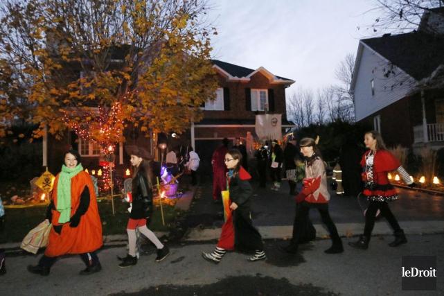 Des enfants passent l'Halloween sur une rue de... (Photo Simon Séguin-Bertrand, archives Le Droit)