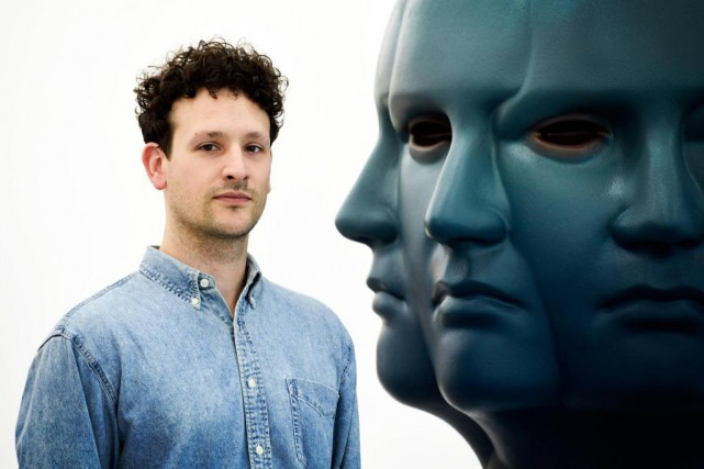 L'artiste visuel NicolasGrenier pose avec sasculpture TheKeeper, présentée... (Photo BernardBrault, La Presse)
