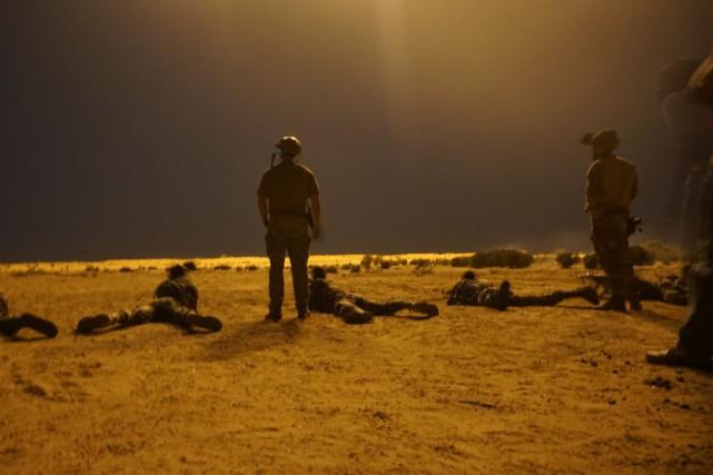Des soldats américains observent des exercices militaires effectués... (ARCHIVES AFP)