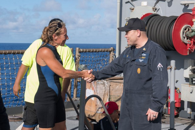 Jennifer Appel est acueillie à bord duUSS Ashland... (PHOTO AFP)