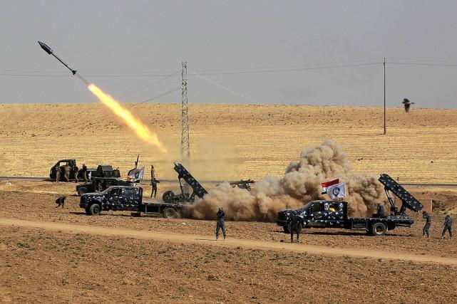 Les forces irakiennes lancent des missiles en direction... (PHOTO AHMAD AL-RUBAYE, AGENCE FRANCE-PRESSE)