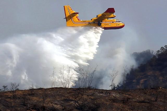 Un avion-citerne Canadair CL-415 semblable à ceux qui... (PHOTO ARCHIVES AP)
