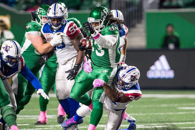Le porteur de ballon des Roughriders Trent Richardson... (PHOTO RICK ELVIN, LA PRESSE CANADIENNE)