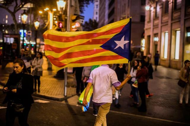 Un partisan de l'indépendance se promène avec un... (Photo Santi Palacios, Associated Press)
