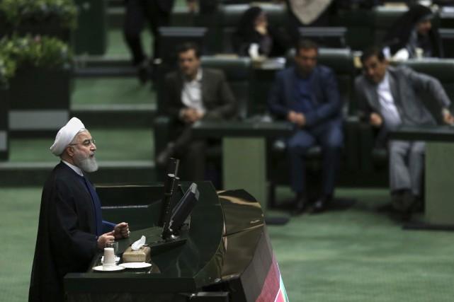 Le président iranien Hassan Rouhani devant le parlement... (AP)