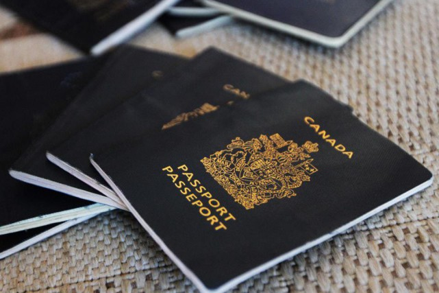 Le nombre de faux passeports interceptés par les... (Photo archives Le Droit)