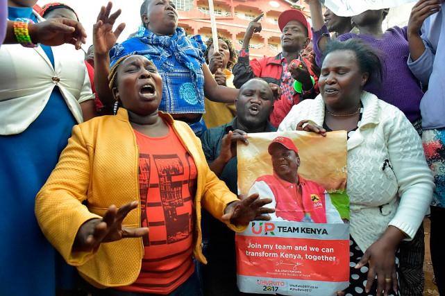 Des supporteurs du président Uhuru Kenyatta célèbrent sa... (PHOTO SIMON MAINA, AGENCE FRANCE-PRESSE)