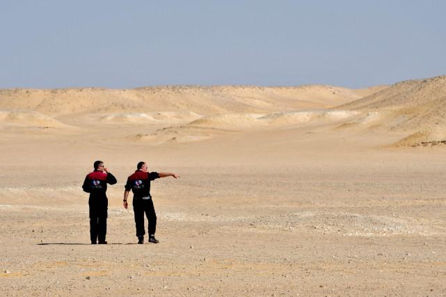 Des membres de l'équiped'astronautes autrichiens inspectent le site... (Photo GIUSEPPE CACACE, AFP)