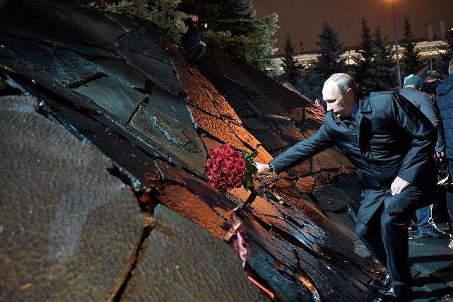 Le président russe Vladimir Poutine dépose une gerbe... (PHOTO ALEXEI NIKOLSKY AP/SPUTNIK)