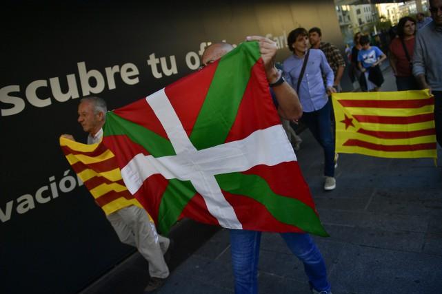 Un manifestant brandit l'ikurriña, le drapeau du Pays... (AP)
