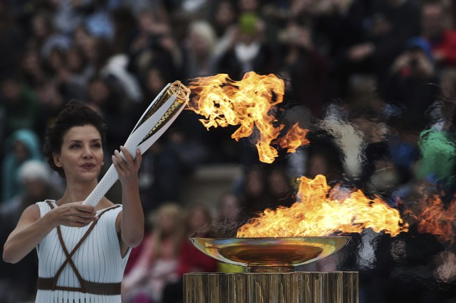 Vêtue comme une grande prêtresse, l'actrice Katerina Lehou... (Photo Petros Giannakouris, AP)