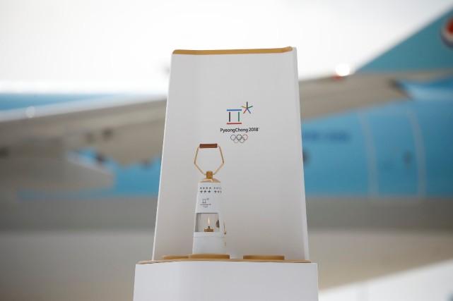 La flamme olympique exposée à son arrivée à... (PHOTO Kim Hong-ji, REUTERS)