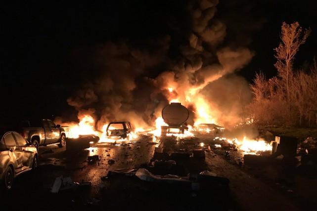 Peu avant 23h30, 14véhicules ont été impliqués dans... (Photo fournie par la Police provinciale de l'Ontario)