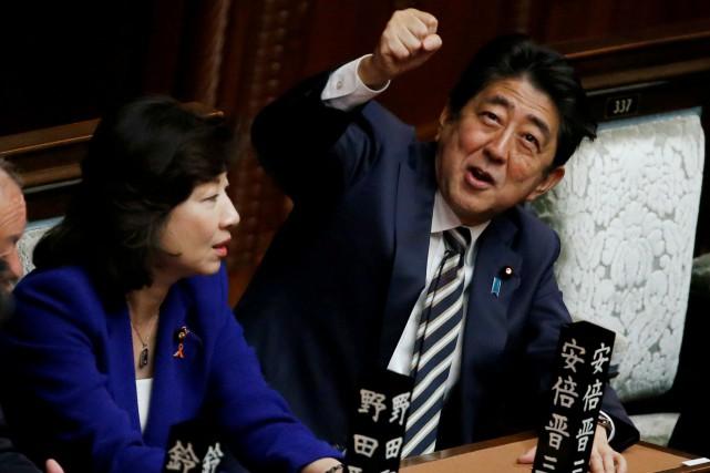Shinzo Abe, 63 ans, est en voie de... (REUTERS)