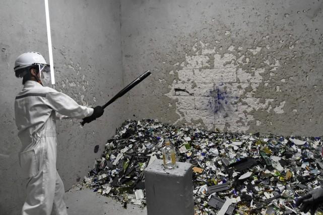 Après avoir enfilé une salopette blanche, un casque,... (Photo Roslan Rahman, AFP)