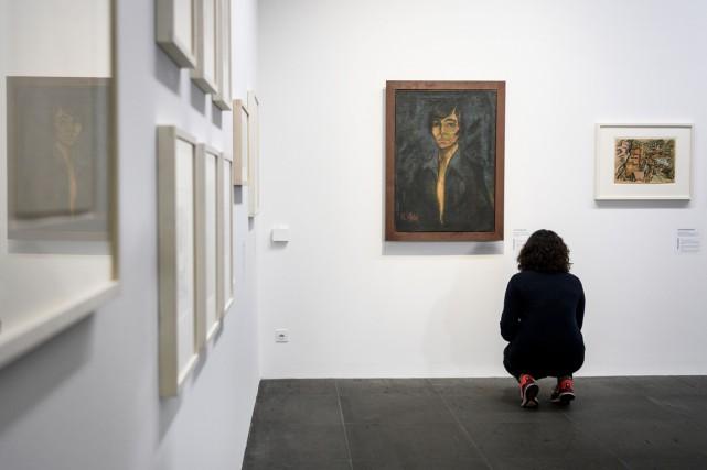 Une femme observe l'oeuvre Portrait de Maschka Mueller... (PHOTO AFP)