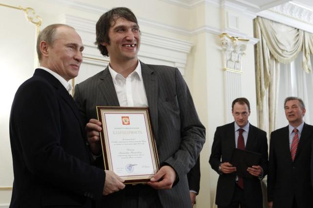Alexander Ovechkinavec le président russe Vladimir Poutine en... (Photo Sergei Karpukhin, archives AP)