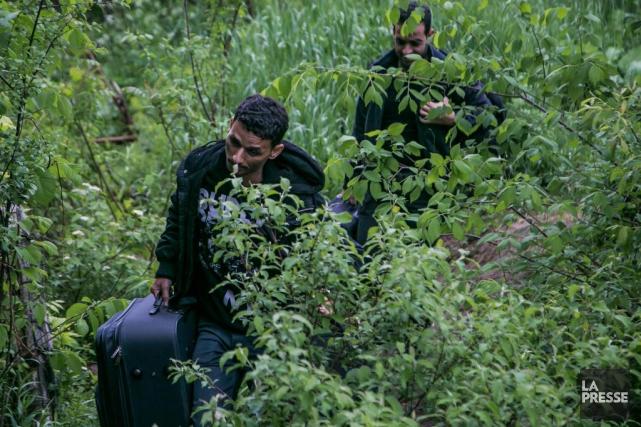Des milliers de migrants ont traversé la frontière... (PHOTO MARTIN TREMBLAY, ARCHIVES LA PRESSE)
