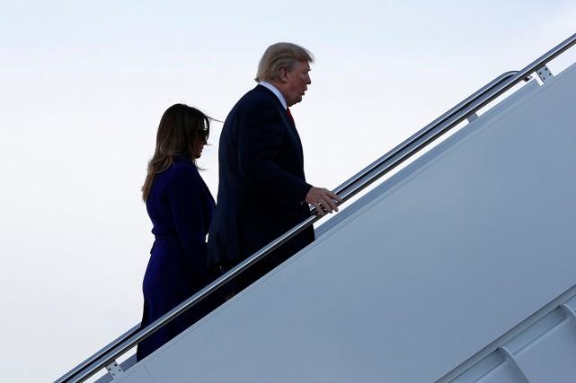 Accompagné de son épouse Melania, Donald Trump monte... (PHOTO JONATHAN ERNST, REUTERS)