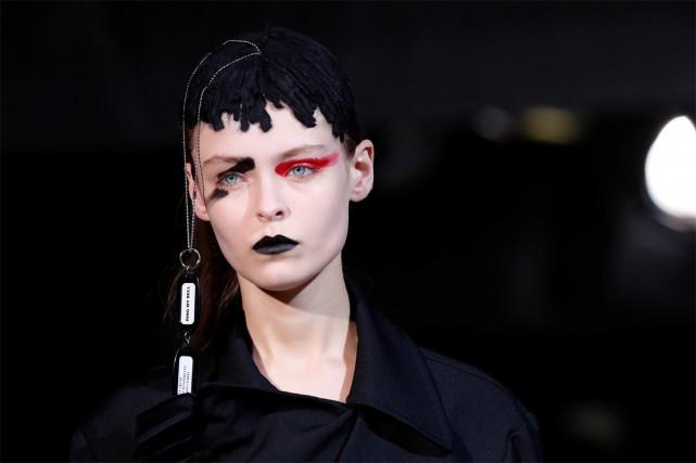 Une mannequin affiche un look gothique au défilé... (PHOTO REUTERS)