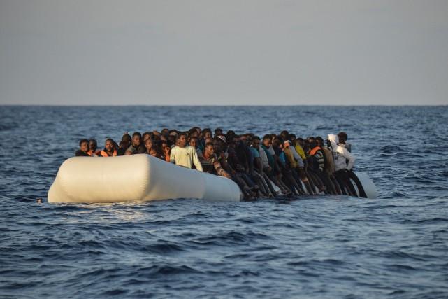 De nombreux migrants essaient de traverser la Méditerrannée... (PHOTO ARCHIVES AFP)