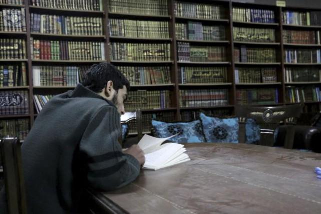 Une bibliothèque clandestine a vu le jour dans... (photo tirée de la page facebook humans of syria)