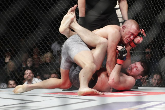 Georges St-Pierre a sonné Michael Bisping d'une lourde... (Photo AP)