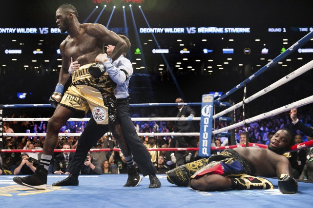 Deontay Wilder (à gauche) a envoyé Bermane Stiverne... (Photo Kevin Hagen, Associated Press)