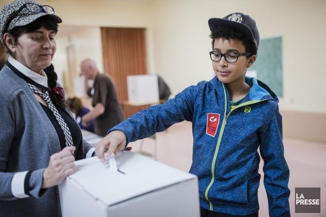 Le jeune Nathabiel Camaroti dépose son bulletin vote... (PHOTO EDOUARD PLANTE-FRÉCHETTE, La Presse)