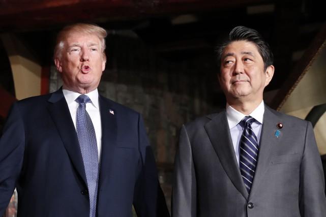 Le premier ministre Shinzo Abe (à droite) et... (Photo KIM KYUNG-HOON, AFP)