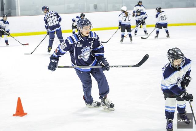 Plus d'une centaine de jeunes des différentes associations de hockey mineur du... (Photo Gimmy Desbiens, Le Quotidien)