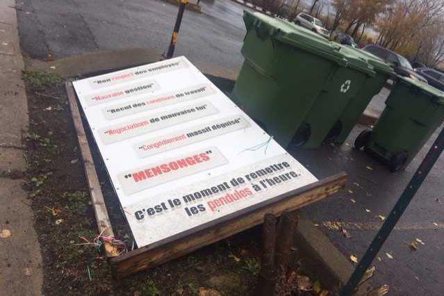 Une pancarte très critique à l'égard de l'administration...