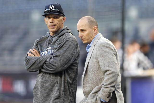 Joe Girardi (à gauche) a été à la... (Photo Kathy Willens, AP)