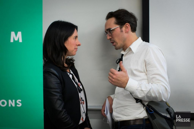 Valérie Plante en discussion avec son attaché de... (Photo Olivier PontBriand, Archives La Presse)