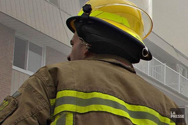 Un garage commercial de Laval a été ravagé par un violent incendie en soirée,... (Photo Patrick Sanfaçon, archives La Presse)